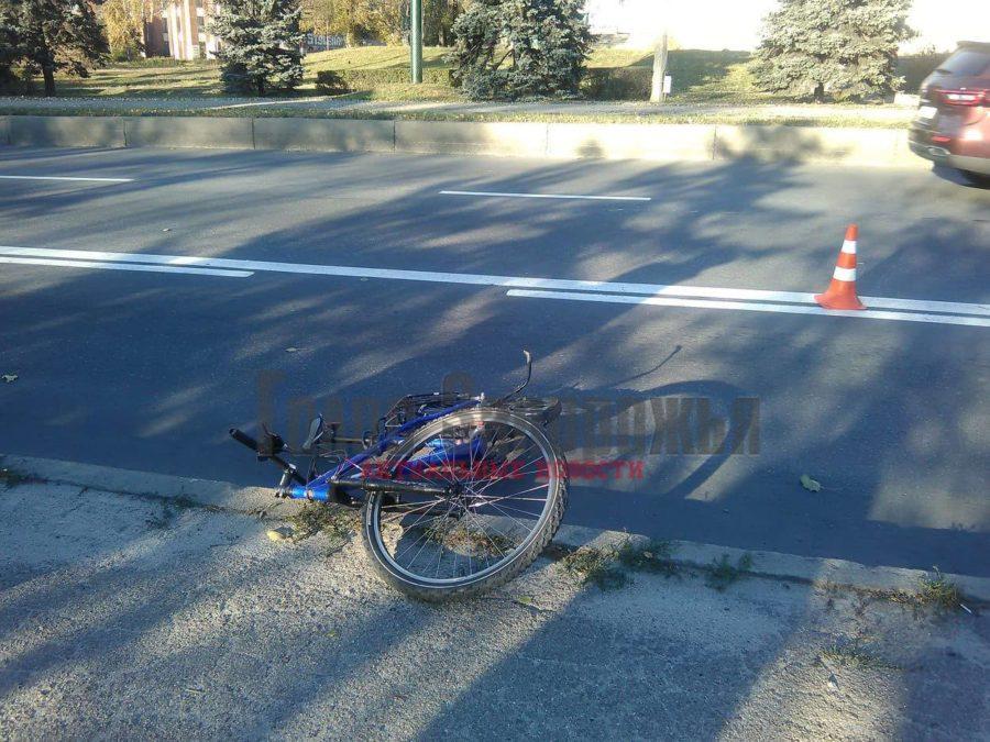 На центральном проспекте Запорожья маршрутка сбила велосипедиста: пострадавший в больнице (ФОТО)
