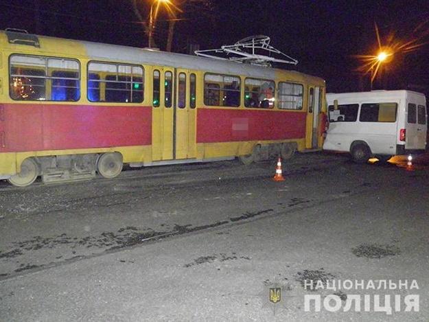 На Шевченковском трамвай протаранил маршрутку: в полиции рассказали подробности ДТП