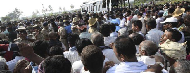 На юге Индии автобус с детьми на большой скорости слетел в канал