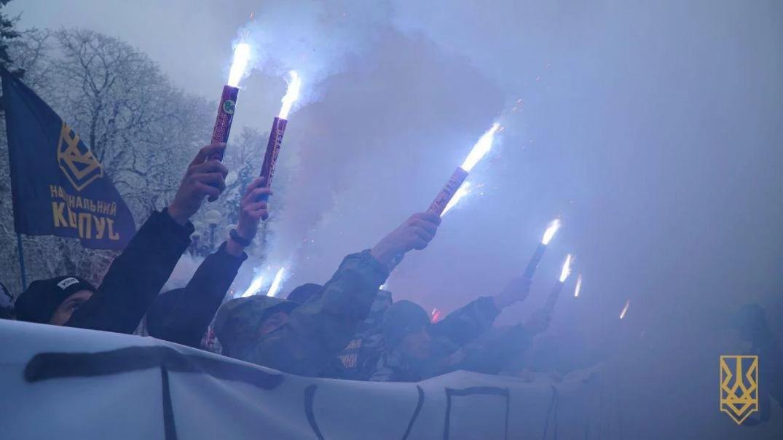 Нацкорпус согнал студентов по Верховную Раду, требую введения военного положения (Видео)
