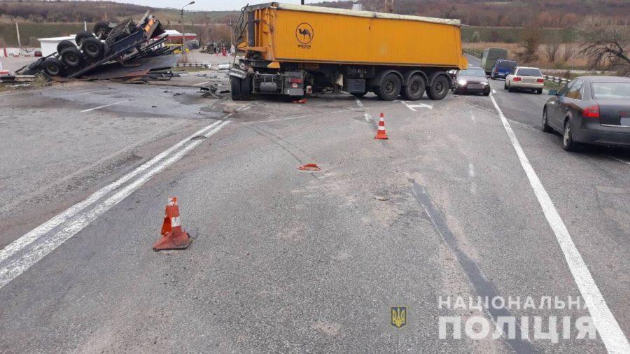 Одна фура перевернулась, водителя второй фуры зажало в кабине: подробности утреннего ДТП на запорожской трассе (ФОТО)