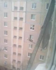 Оторвавшийся лист металла переполошил жителей одной из запорожских многоэтажек, - ВИДЕО
