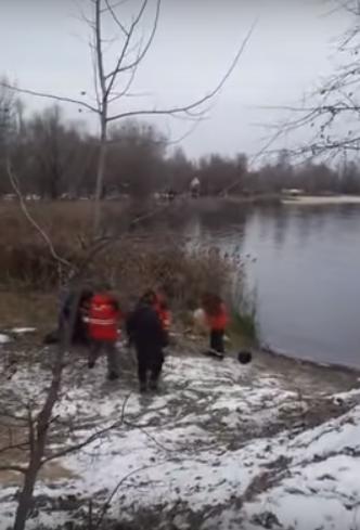 Покончил с собой на глазах у друзей: парень прыгнул в ледяное озеро в Киеве (Видео)
