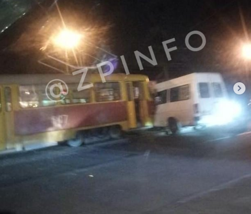 Появилось видео с места ДТП с маршруткой и трамваем в Запорожье