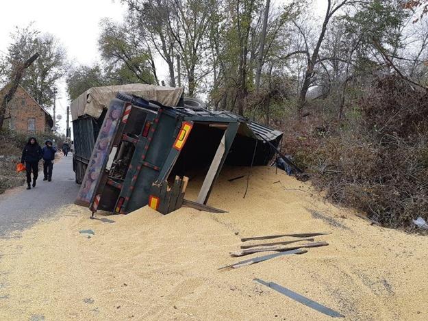 Прилег отдохнуть: в Днепровском районе перевернулся грузовик с соей