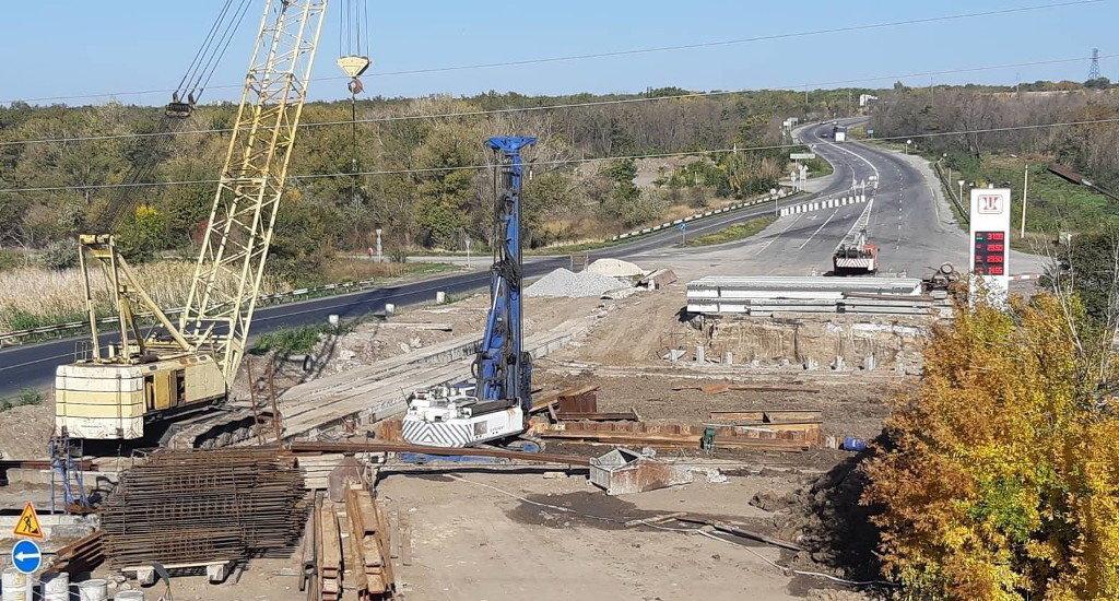 Ремонт моста в районе Степногорска: подрядчик расчищает русло реки и готовится к монтажу балок, - ФОТО