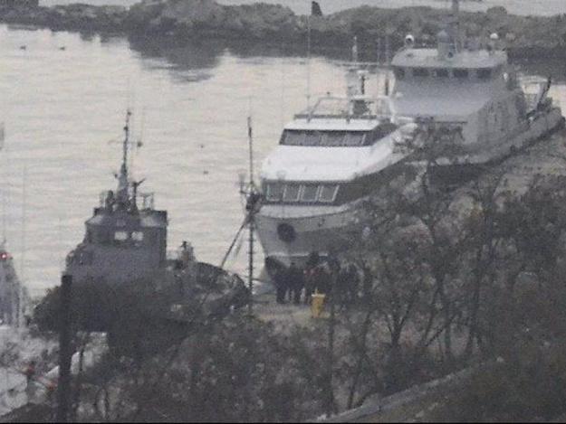 Россияне отбуксировали украинские корабли в Керчь
