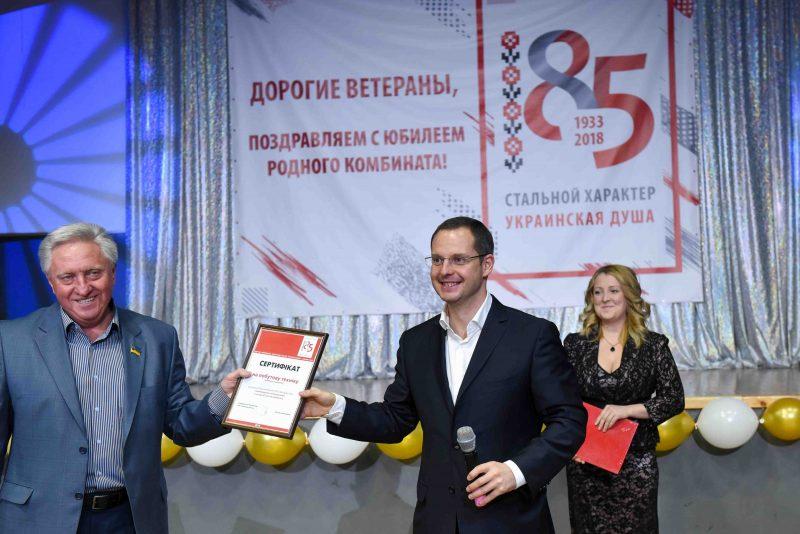 Ростислав Шурма передал солвету ветеранов сертификат на приобретение бытовой техники