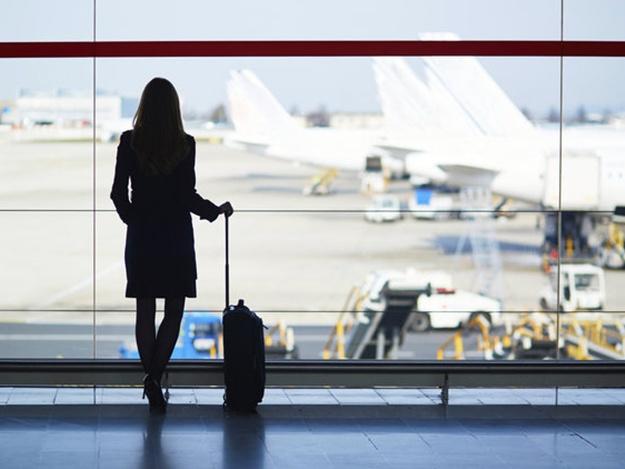 С ребенком на руках: жена известного комика не смогла вылететь из запорожского аэропорта