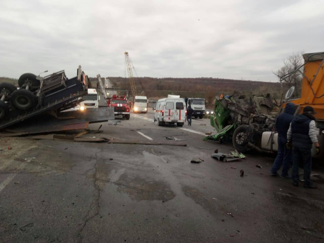 Серьезная авария под Запорожьем. Столкнулись два грузовика