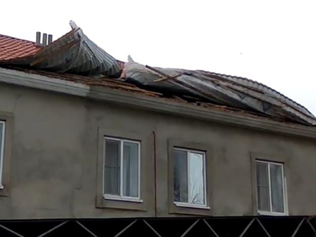 Смотри видео: в Бердянске ветер срывает крыши
