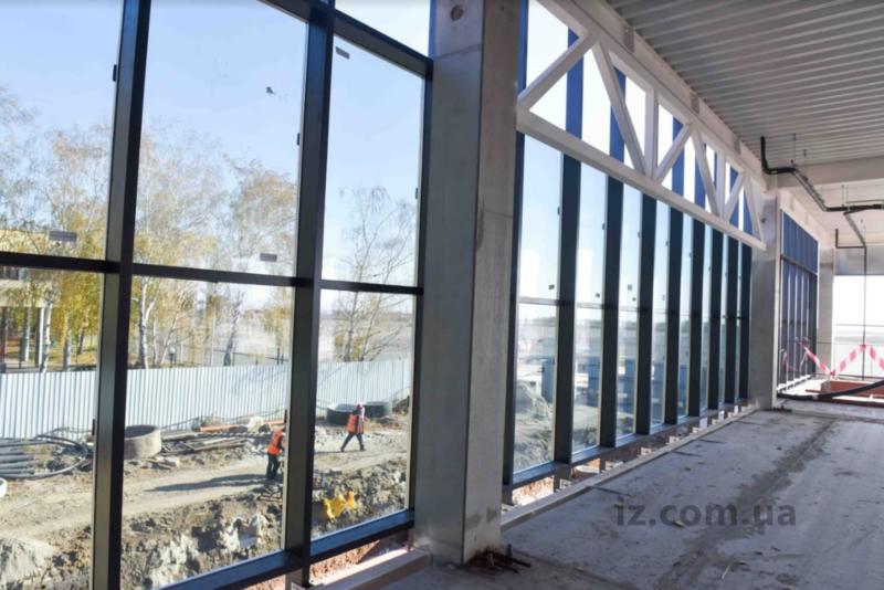 строители закрывают фасад и параллельно уже начали его стеклить