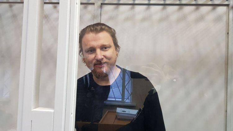 Политтехнолога Владимира Петрова доставили в суд первым. Фото: Страна