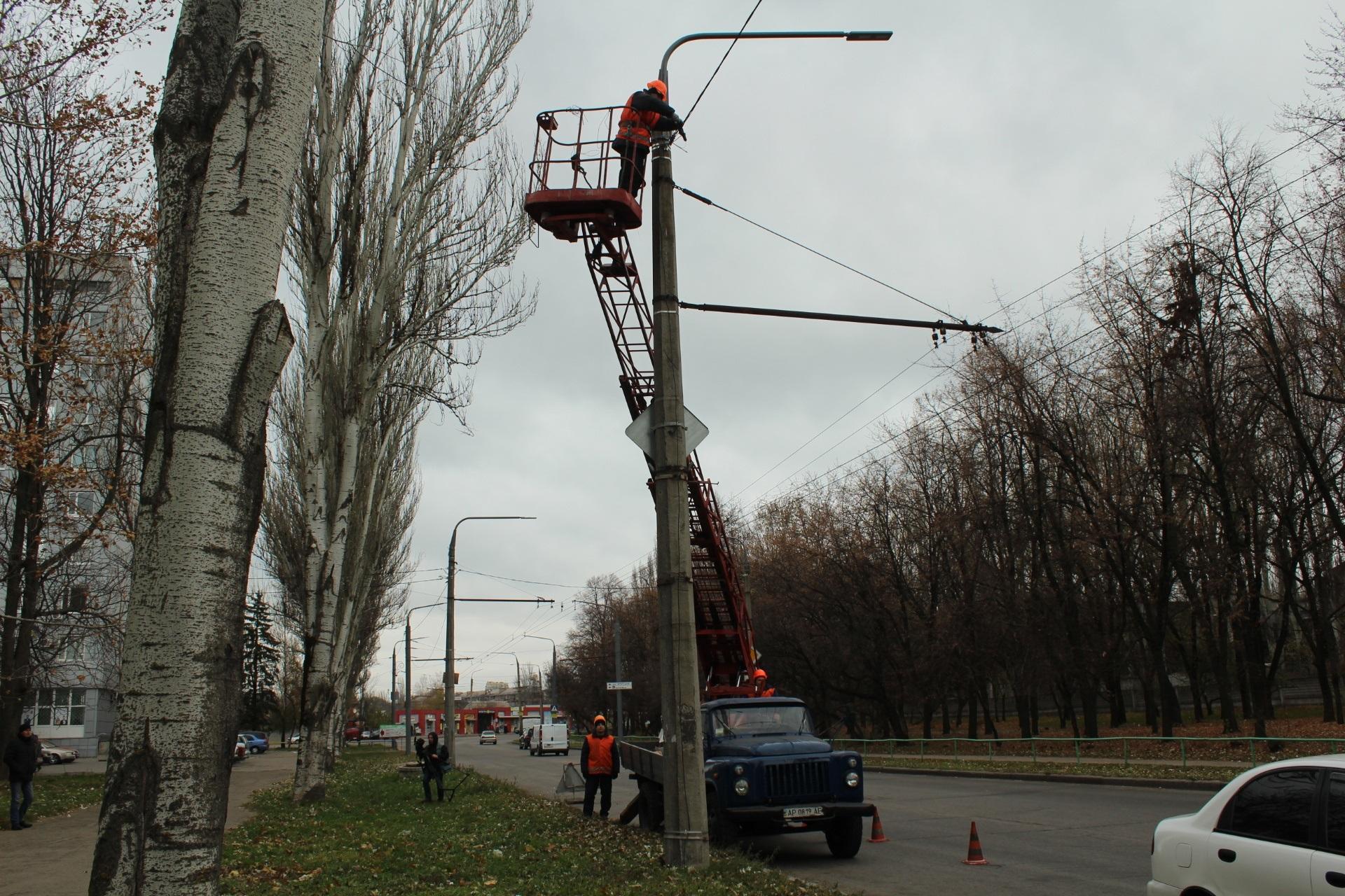 Сьогодні по вулиці Дніпровське шосе встановили нові енергоефективні світильники