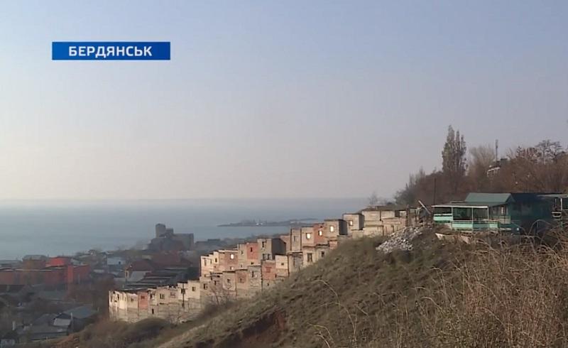 У Бердянську мешканці дев'ятиповерхівки стурбовані, що їх будинок може сповзти зі схилу