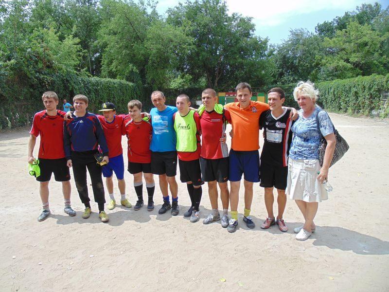 Начальник обжимного цеха Андрей Кривцов (в центре в синей футболке) с заводскими футболистами