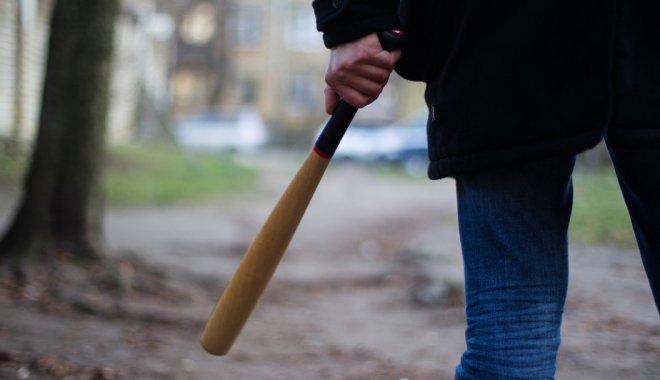 Хуже чем в 90-х: в Киеве группа мужчин с бейсбольными битами напали на автомобиль