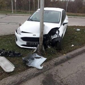 Юная автоледи в Запорожье разбила автомобиль (ФОТО) - 12.11.2018, 14:02