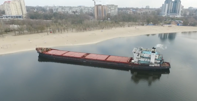 В Запорожье баржа села на мель на Центральном пляже (Видео)