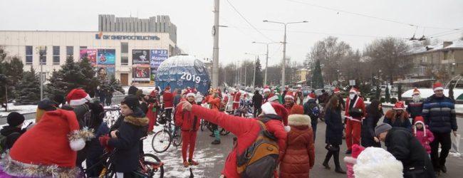 В Запорожье по проспекту проехали десятки Дедов Морозов (ВИДЕО)