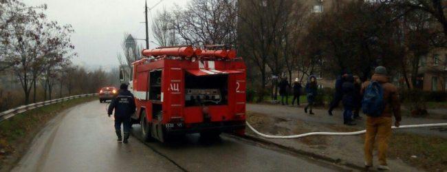 В центре Запорожья на последнем этаже жилого дома произошел пожар