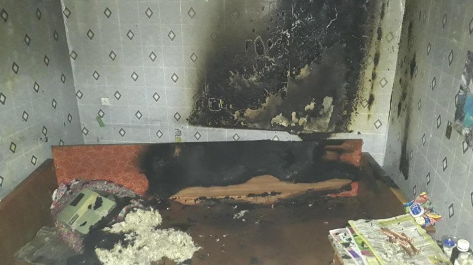 Огонь уничтожил диван. фото: ГСЧС