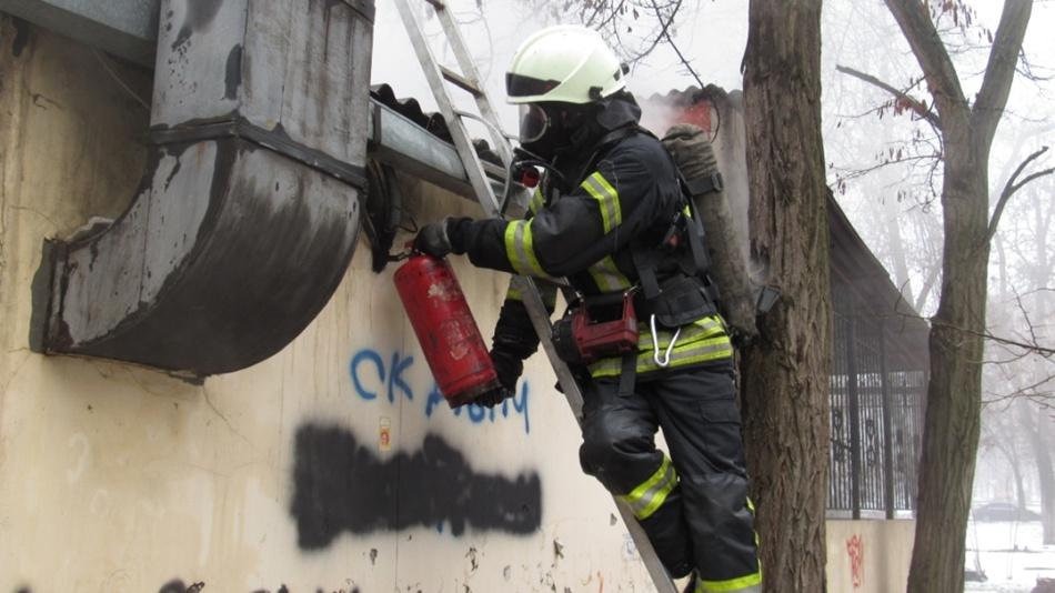 Спасатели принялись тушить крышу