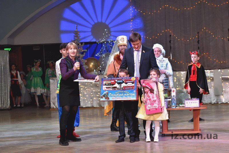 Дети, которые в течение года достигли успехов в учебе или творчестве, получили еще и специальные подарки.