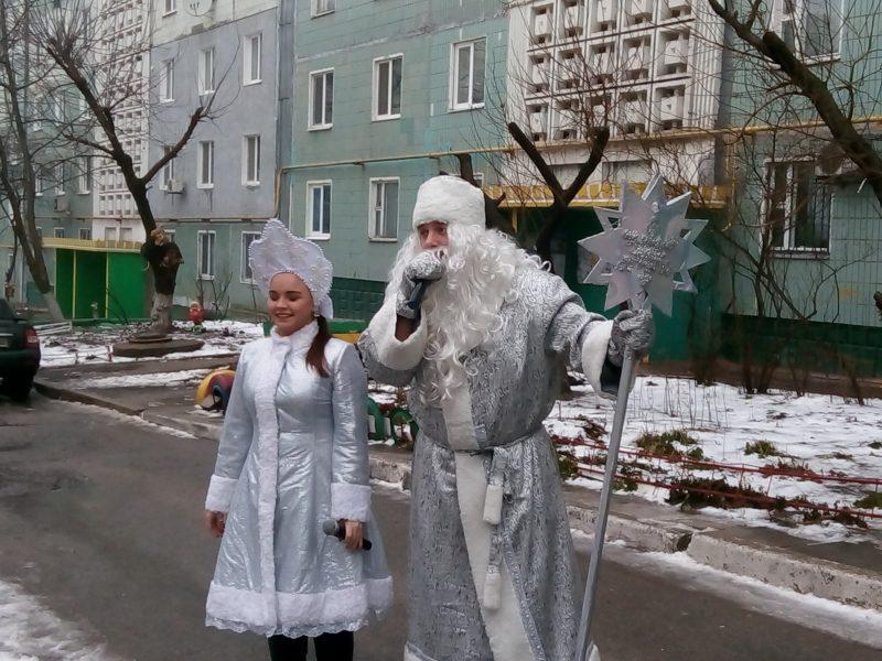 Запорожцы встречают Новый год всем двором возле общей елки