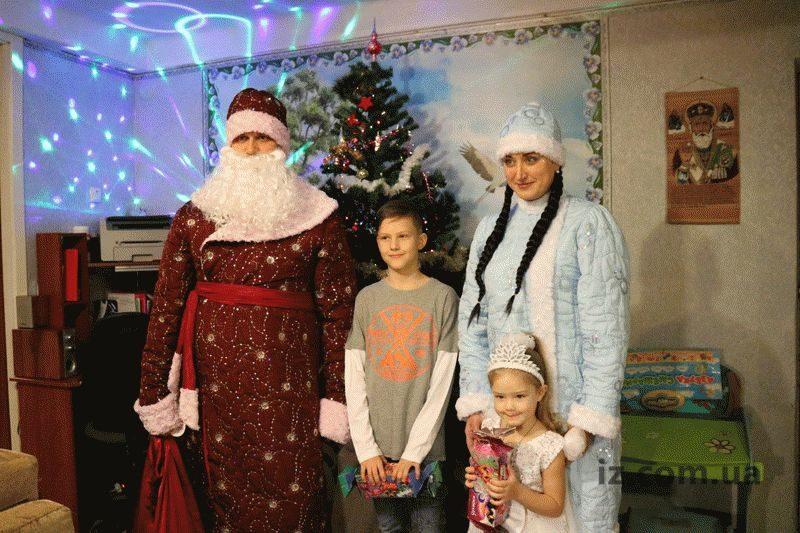 К запорожским детям приходят настоящие Дед Мороз и Снегурочка