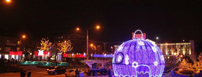 На бульваре Шевченко открыли новогодние инсталляции и ёлку (ФОТОРЕПОРТАЖ)