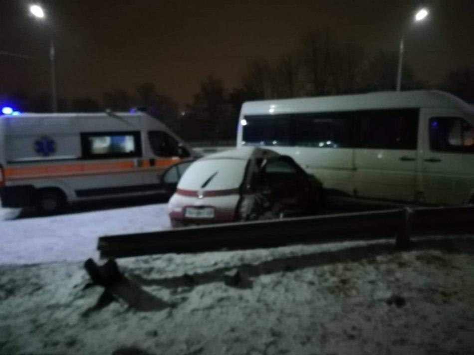 Легковушка врезалась в маршрутку. фото: группа