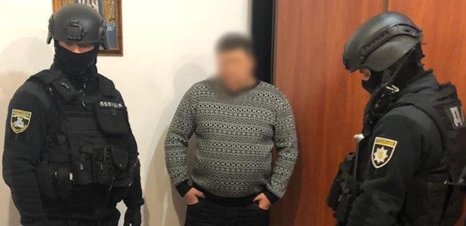 Мужчину задержали в момент получения им 11 тысяч гривен и $150