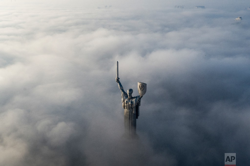 Люди, едущие на автобусе в Мариуполе, южное побережье Азовского моря, восточная Украина 30 ноября 2018 года. (AP Photo / Евгений Малолетка)
