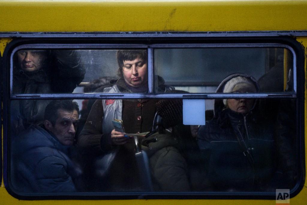 Аэрофотоснимок мемориального комплекса на территории музея ВОВ, снятый в утреннем тумане во время восхода солнца в Киеве, Украина, 10 ноября 2018 года. (AP Photo / Evgeniy Maloletka)