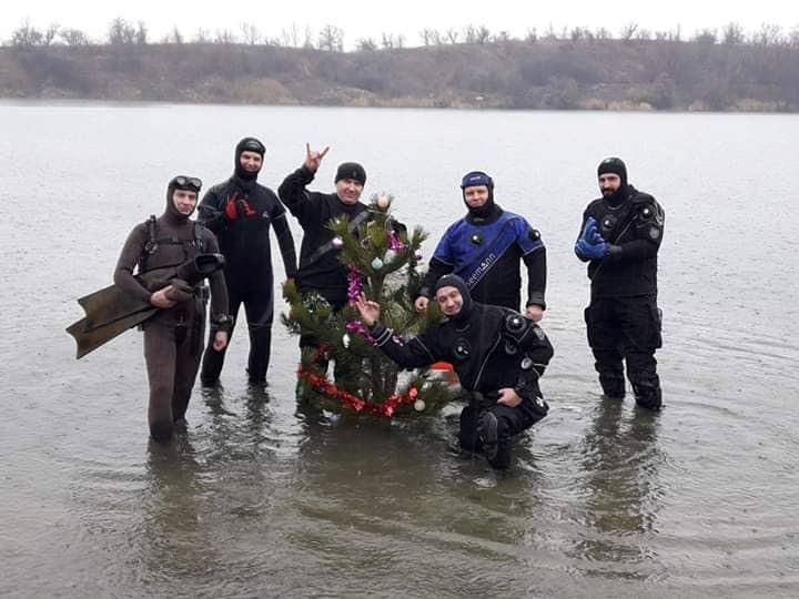 """Дайверы поставили елку под водой. Фото: """"Заноза"""""""