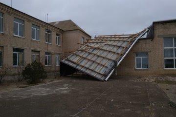 Штормовой ветер сорвал часть крыши со здания школы в Запорожской области, - ФОТО