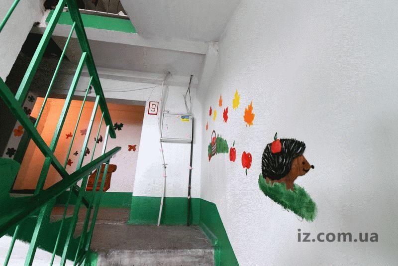 В запорожском подъезде появились живые цветы и рисунки во всю стену