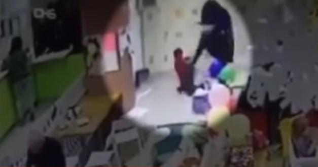 мать избила сына в развлекательном центре