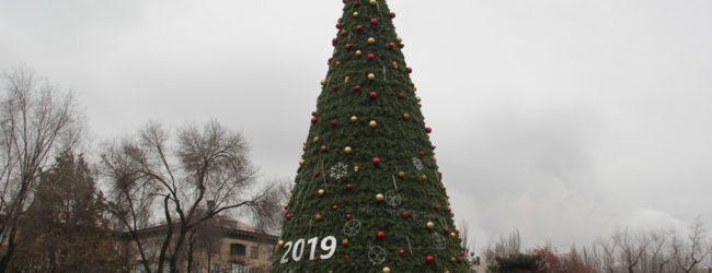 В Запорожье начали демонтировать новогодние елки