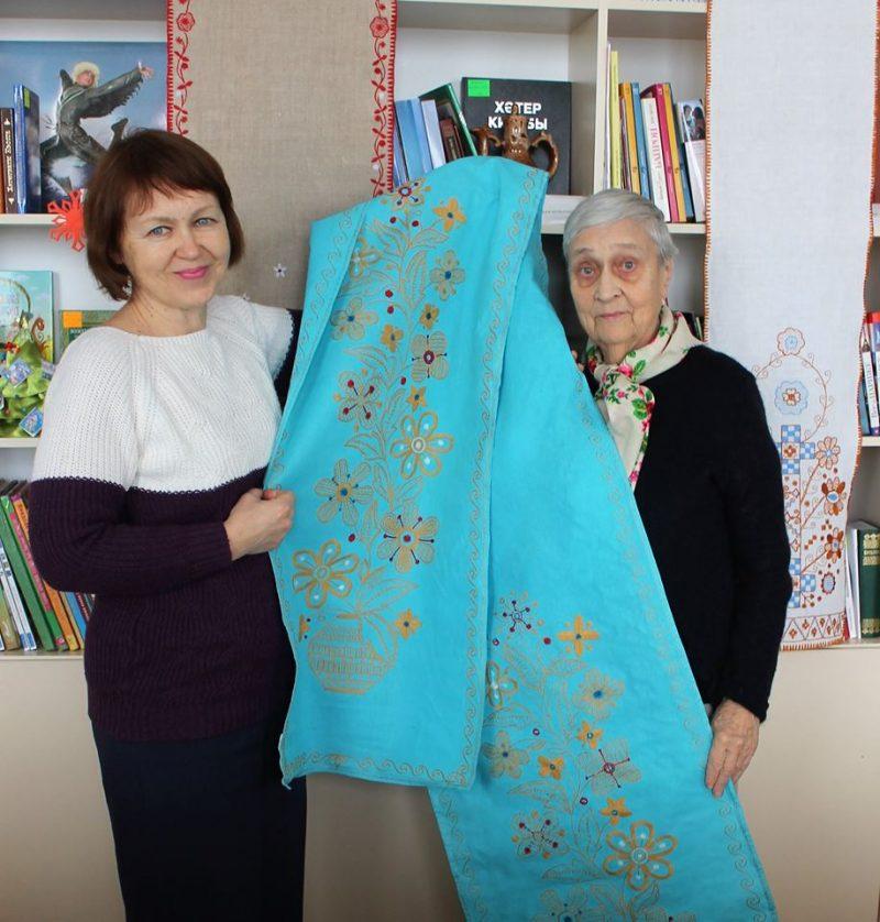 Известная запорожская мастерица преподнесла библиотеке вышитый оберег