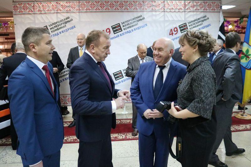 Генеральный директор Михаил Короленко беседует с коллегами