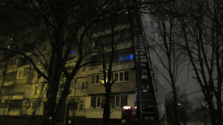 Спасатели по лестнице добирались к пострадавшему
