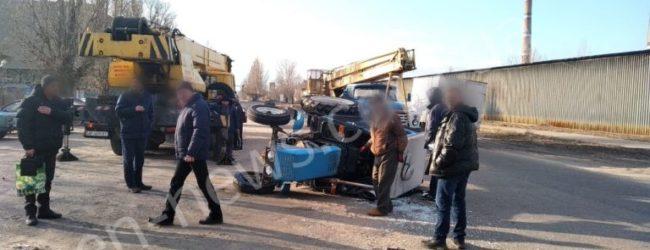 В Запорожской области сильные порывы ветра перевернули трактор – СМИ