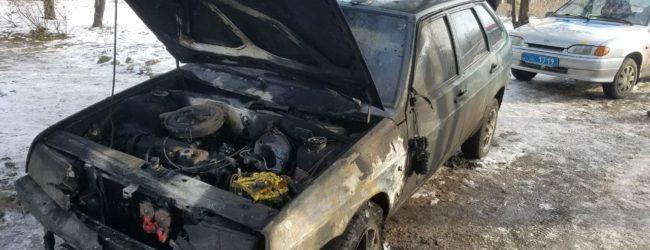 В запорожском посёлке на обочине загорелся автомобиль (ФОТО)