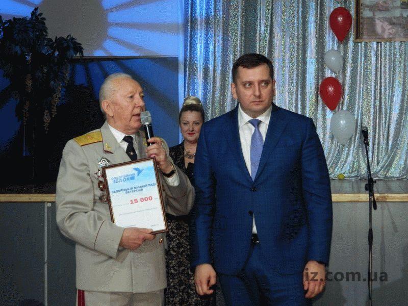 Виктор Бусько вручил Запорожскому городскому совету ветеранов сертификаты на 15 тысяч гривен