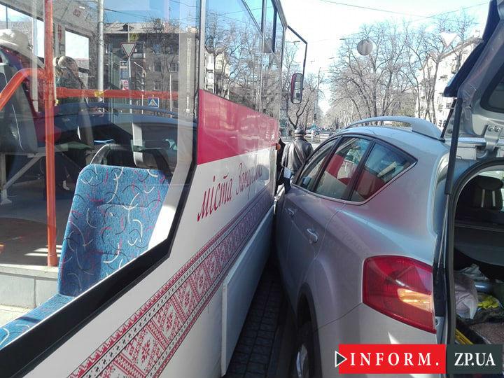 В центре Запорожья столкнулся трамвай и легковое авто (ФОТО)
