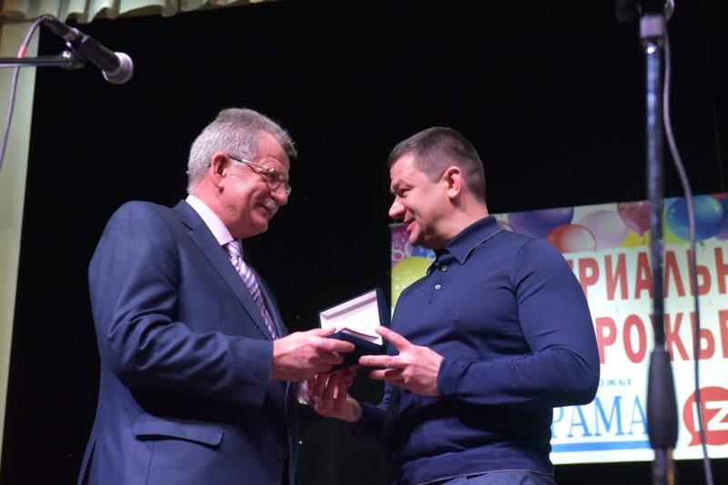 Григорий Самардак вручает награду главному редакторы Владимиру Дупаку