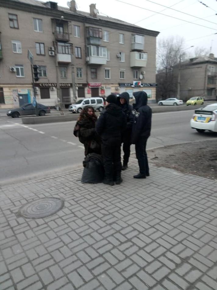На Победе женщина бросалась на людей. фото: fb Анатолій Демченко