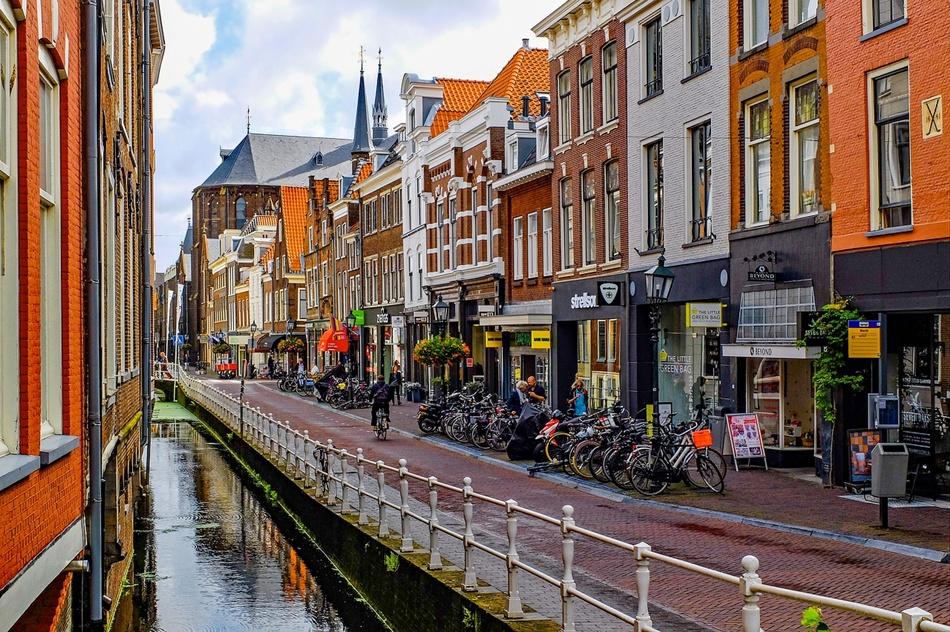 Одна из улиц Амстердама. Местные власти строго следят за соблюдением дизайн-кода города | Фото: Pixabay